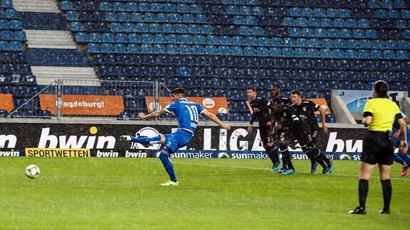 Torschütze Jürgen Jürgen Gjasula (1. FC Magdeburg) trifft per Elfmeter