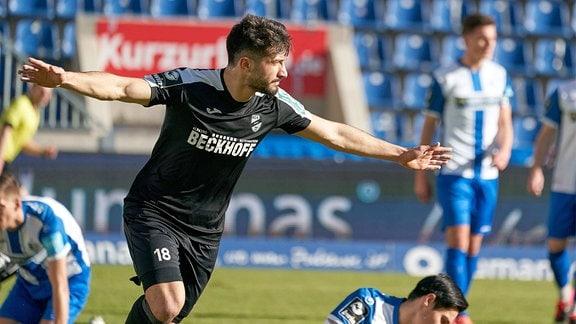 Ayguen Yildirim Verl, 18 jubelt nach seinem Tor zum 0:2.