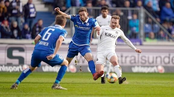 Florian Egerer (SV Meppen) und Rico Preißinger (1. FC Magdeburg) im Kampf um den Ball.