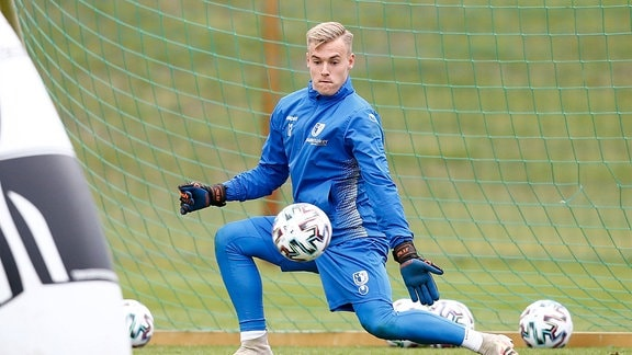 Tom Schlitter, FC Magdeburg, hält den Ball.