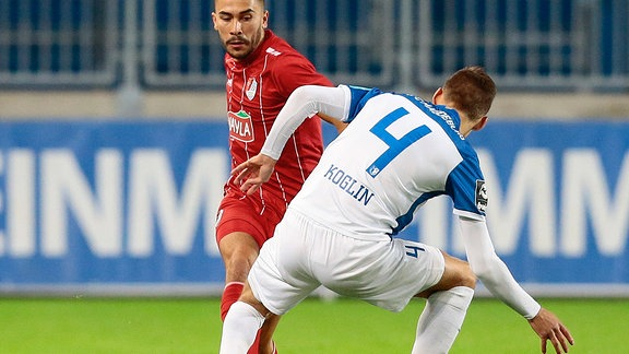v.l. Furkan Kircicek, Türkgücü München, tunnelt Brian Koglin, 1. FC Magdeburg.