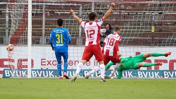 Fabio Kaufmann Würzburger Kickers (nicht im Bild)  erziehlt das Tor zum 2:1, Torwart Jo Coppens FC Carl Zeiss Jena ist geschlagen.