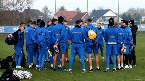 Trainer Thomas Hoßmang Hossmang 1. FC Magdeburg spricht zur Mannschaft nach dem Training