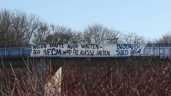 Ultras vom 1. FC Magdeburg haben an Brücken in der Stadt Banner aufgehangen.