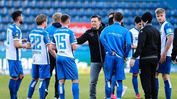 Trainer Christian Titz 1. FC Magdeburg mit seiner Mannschaft nach dem Spiel