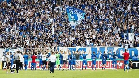 Die Mannschaft vom 1. FC Magdeburg nach dem Spiel vor dem Fanblock.