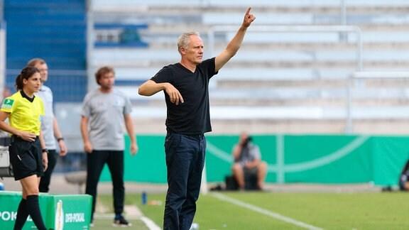 v.l. Christian Streich (SC Freiburg, Trainer) gibt Anweisungen, gestikuliert mit den Armen