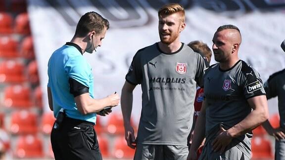 Diskussionsbedarf nach der roten Karte an Toni Lindenhahn (Hallescher FC, HFC, 6): v.li.: Florian Lechner (Schiedsrichter) Matthias Fetsch (Hallescher FC, HFC, 10) Toni Lindenhahn (Hallescher FC, HFC, 6)