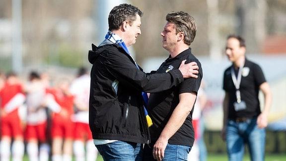 Jena Geschäftsführer Chris Förster sichtlich berührt mit Jena Trainer Lukas Kwasniok nach dem Sieg gegen Cottbus.