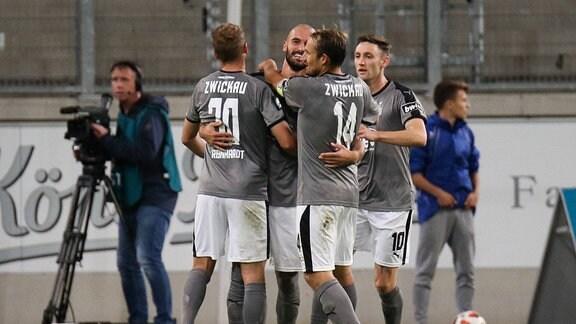 Nico Antonisch ( FSV Zwickau ) jubelt mit seinen Mitspielern nach dem Tor zum 2:1 in Uerdingen.