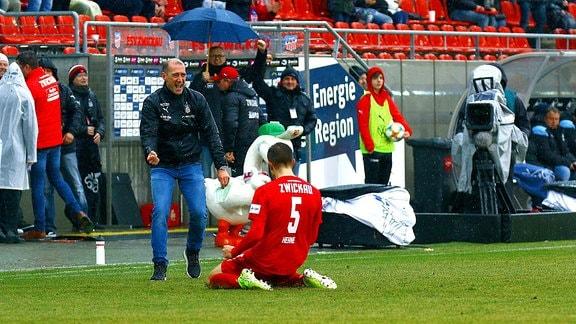 Trainer Joe Enochs Zwickau und Torschütze Maurice Hehne Zwickau bejubeln das 1:1