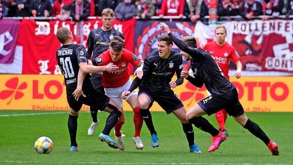 Kampf um den Ball - Julius Reinhardt,  Florian Pick, Davy Frick, Marcus Godinho
