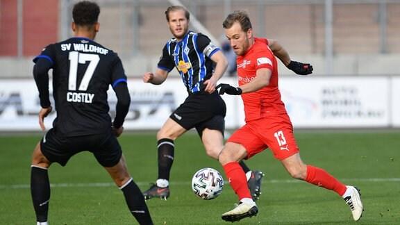 Mike Koennecke (FSV Zwickau) re. und Marcel Costly (SV Waldhof Mannheim) li., Marcel Seegert (SV Waldhof Mannheim) Mitte