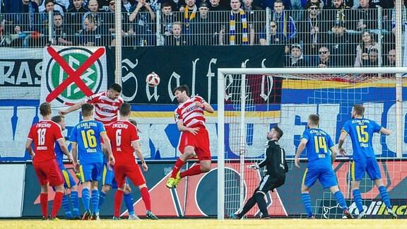 Der 1:0-Treffer durch Davy Frick 19 (FSV Zwickau) im 3. Liga Spiel des FSV Zwickau gegen den FC Carl Zeiss Jena am 17. Februar 2019 im Stadion Zwickau.