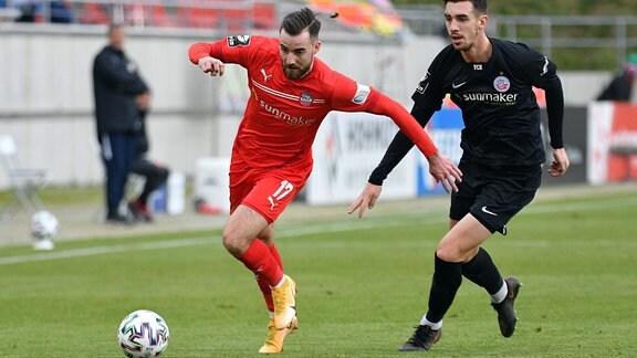 Sven Sonnenberg (FC Hansa Rostock) re. und Morris Schroeter (FSV Zwickau)
