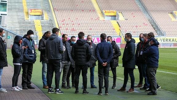 Die Übermittlung der Entscheidung an die Teams und die Verantwortlichen der Vereine.