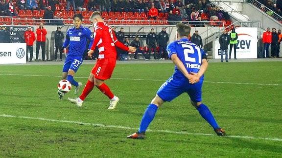 Kevin Hoffmann trifft zum 1:0, rechts Christoph Kobald, hinten Kyoung-Rok Choi