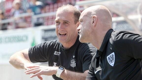 Im Bild v.l.: Trainer Joe Enochs (Zwickau) und Trainer Marco Antwerpen ( Münster).
