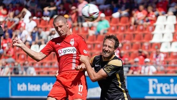 Steffen Puttkammer, SV Meppen 22, und Adam Susac, FSV Zwickau, im Kopfballduell.