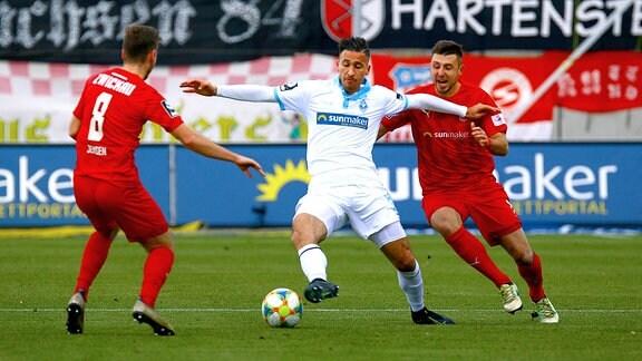 Mounir Bouziane zwischen Leon Jensen und Davy Frick