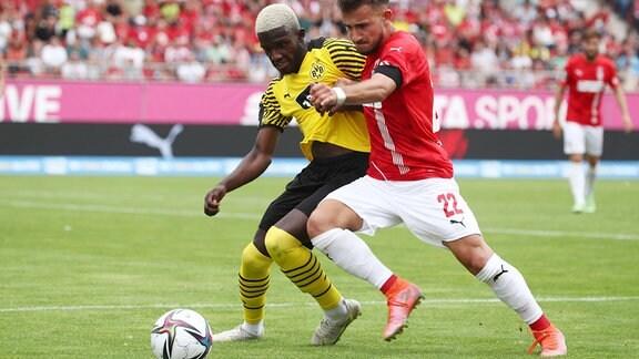 Richmond Tachie (11, Dortmund) und Can Coskun (22, Zwickau)