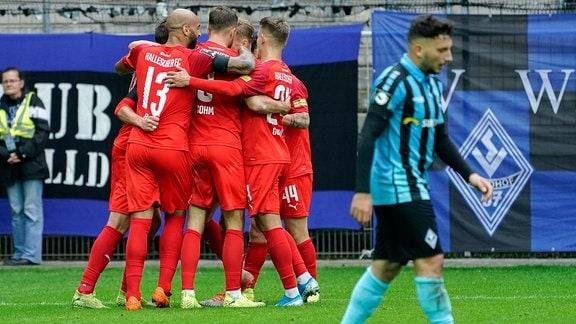 Spieler vom Halleschen FC HFC jubeln über das Tor zum 0:1