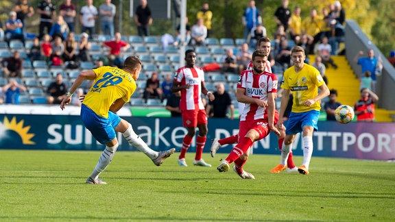 3. Liga Saison 2019 2020 12. Spieltag am 20.10.2019 FC Carl Zeiss Jena vs Würzburger Kickers links: Kilian Pagliuca Jena erzielt das Tor zum 1:1