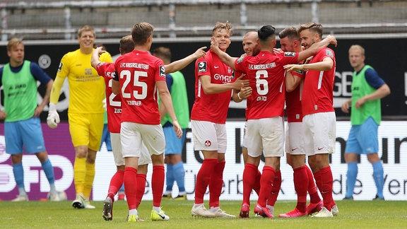 2-0 fuer den FCK durch Manfred Starke 7, FC Kaiserslautern, Torjubel,