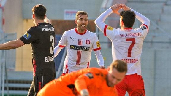 0:1 für den HFC durch Julian Derstroff HFC nach Vorlage von Julian Guttau HFC. Die Mannschaft jubelt SV Wehen Wiesbaden vs. HFC Hallescher FC 09.01.2021