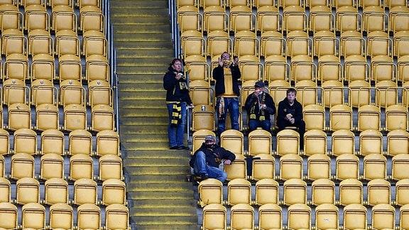 Vereinzelte Fans im Stadion in Dresden