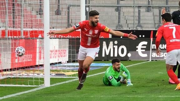 Halles Antonios Papadopoulos jubelt nach seinem Tor zum 1:1 gegen Kaiserslauterns Torwart Avdo Spahic