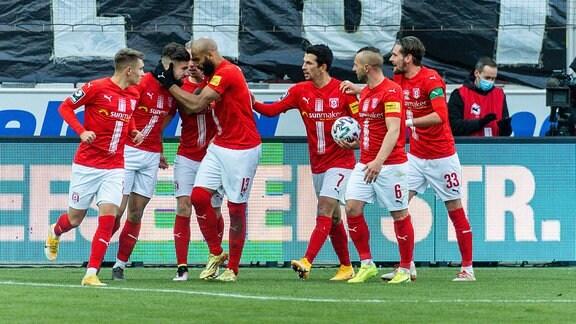 Halles Spieler jubeln nach dem Tor zum 1:1 gegen Kaiserslautern