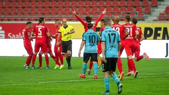 Halles Spieler jubeln nach dem Tor zum 1:0 durch Toni Lindenhahn