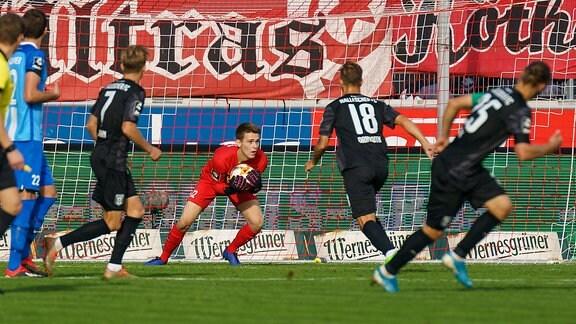 Meppens Torwart Matthis Harsman am Ball vor Bentley Baxter Bahn und Felix Drinkuth