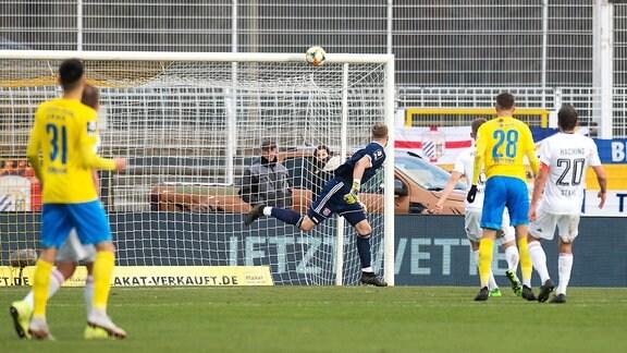 Unterhachings Torwart Nico Mantl kann einem Ball nur nachschauen, der an die Latte geht