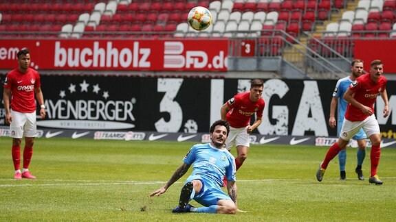 Chemnitz' Philipp Hosiner vergibt einen Foul-Elfmeter