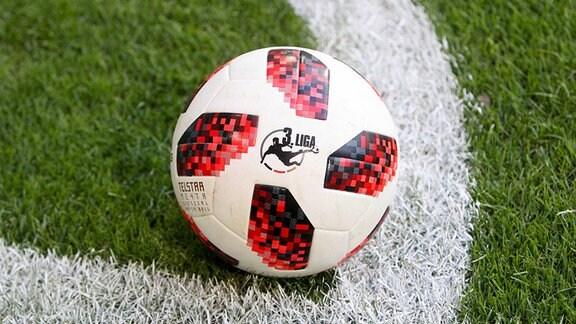Adidas Telstar Fußball mit 3. Liga Logo.