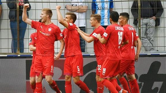 Gerrit Wegkamp reckt die Fausst Richtung Fans nach seinem Treffer zum 0:1 für Zwickau