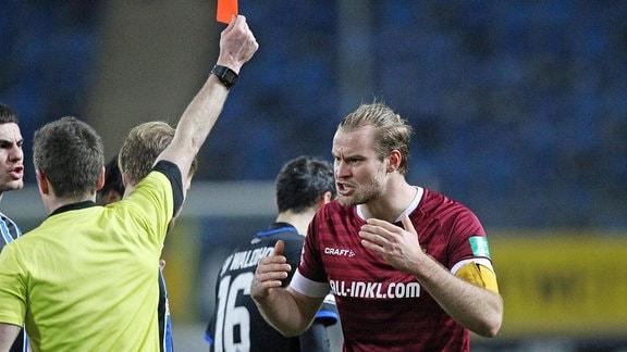 Schiedsrichter Lukas Benen zeigt Sebastian Mai die Rote Karte