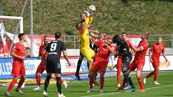 Zwickaus Johannes Brinkies fängt den Ball sicher
