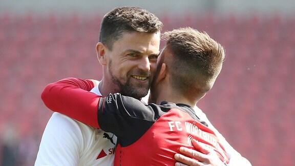Trainer Torsten Ziegner (Hallescher FC) umarmt Patrick Göbel (FC Würzburger Kickers)