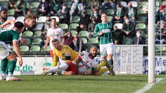 Hier erzielt Laurenz Dehl Hallescher FC das 1-2, beobachtet von Lukas Raeder VfB Luebeck und Terence Boyd Hallescher FC