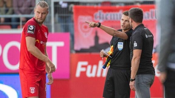 Sebastian Mai und Torsten Ziegner diskutieren mit dem Schiedsrichtergespann.