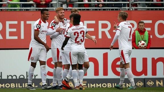 Spieler vom Halleschen FC im Torjubel