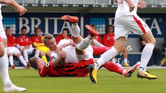 Fussball 3.Liga, SV Wehen Wiesbaden - Hallescher FC emspor, v.l. Manuel Schäffler (SV Wehen Wiesbaden), Julian Guttau (Hallescher FC)