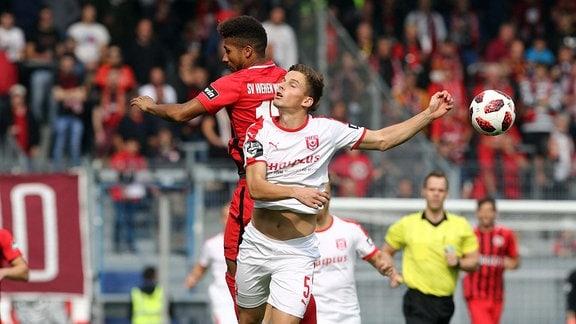 Moritz Heyer (Halle) im Zweikampf mit Daniel-Kofi Kyereh (Wiesbaden)  SV Wehen Wiesbaden vs Hallescher FC, Fussball, 3. Liga