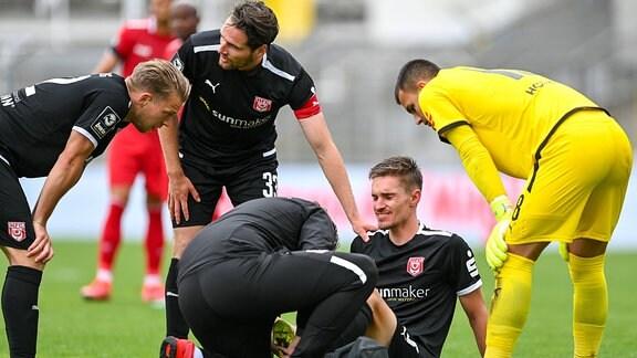 Sören Reddemann Hallescher FC, HFC, 25 muss auf dem Platz behandelt werden, mit Schmerzen nach einem Foul,
