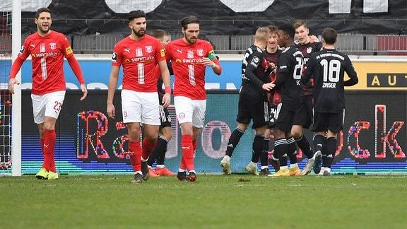 Lenn Jastremski, München II, jubelt nach seinem Tor zum 0:1 mit seinen Mannschaftskollegen.