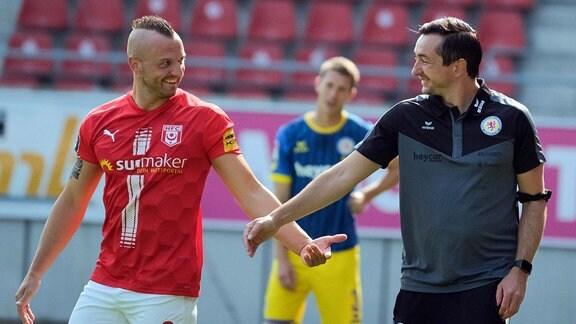 Fussball Testspiel, Hallescher FC - Eintracht Braunschweig emspor, v.l. Toni Lindenhahn HFC, 6, Trainer Daniel Meyer Braunschweig.