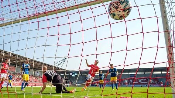 Fussball Testspiel, Hallescher FC - Eintracht Braunschweig emspor, Jan Shcherbakovski HFC, 11 M. trifft zum 1:3 gegen Torwart Felix Dornebusch Braunschweig, 12.